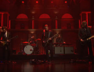 "Mira a Interpol tocar ""Everything Is Wrong"" en el show de Seth Meyers"