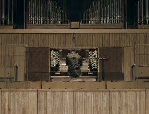 """Mira a Wild Beasts tocar """"Wanderlust"""" en un órgano de 60 años de antigüedad"""