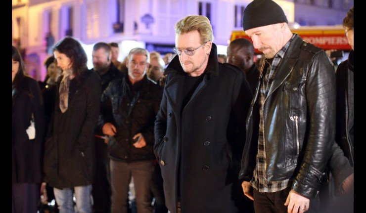 HAM908. Paris (France), 14/11/2015.- Members of Irish rock band U2 (L-R) Bono (L) and David Howell Evans lay flowers at a tribute to the victims of the Paris terror attacks, outside the Bataclan theatre in Paris, France, 14 November 2015. At least 120 people have been killed in a series of attacks in Paris, France on late 13 November 2015, according to French officials. Eight assailants were killed, seven when they detonated their explosive belts, and one when he was shot by officers, police said. (Atentado, Francia) EFE/EPA/MALTE CHRISTIANS